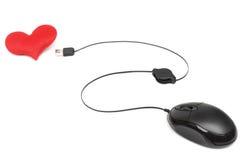 Zwei Mouses werden dem roten Liebes-Herzen in Weiß lokalisiertem Hintergrund angeschlossen Lizenzfreie Stockbilder