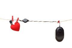Zwei Mouses werden dem roten Liebes-Herzen in Weiß lokalisiertem Hintergrund angeschlossen Lizenzfreies Stockfoto