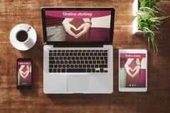 Zwei Mouses werden dem roten Liebes-Herzen in Weiß lokalisiertem Hintergrund angeschlossen Lizenzfreies Stockbild