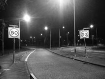 Zwei 50 MPH-Zeichen auf Straße stockbild