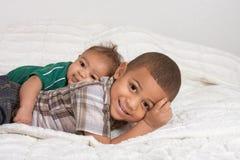 Zwei multiethnische Jungenbrüder stockbilder