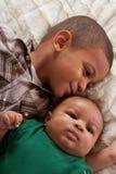 Zwei multiethnische Jungenbrüder (Fokus auf Schätzchen) lizenzfreies stockfoto