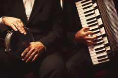 Zwei Musiker auf ihren Instrumenten Stockfoto