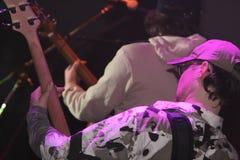 Zwei Musiker, die Gitarren spielen Stockfotos