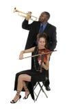 Zwei Musiker, die oben für ein Konzert justieren Stockfotografie