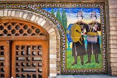 Zwei Musiker mit den Trommeln dargestellt im Keramikziegel auf einer Wand Stockfotografie