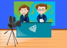 Zwei Nachrichtenreporter, die am Studio arbeiten Lizenzfreies Stockbild