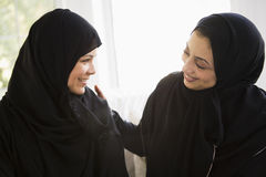 Zwei nahöstliche Frauen, die zusammen sprechen Lizenzfreies Stockbild