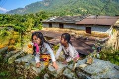 Zwei nepalesische Mädchen spielen im Garten ihres Hauses Lizenzfreie Stockfotos