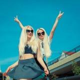 Zwei nette blonde Freundinnen Stockfotografie