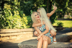 Zwei nette blonde Freundinnen Lizenzfreies Stockbild