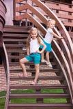 Zwei nette glückliche gilrs im Freien Lizenzfreie Stockbilder