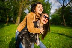 Zwei nette junge Frauen geben nett Park der Zeit im Frühjahr aus Stockfoto