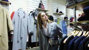 Zwei nette junge Frauen gehen durch ein Bekleidungsgeschäft stock video