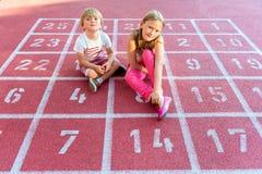 Zwei nette Kinder draußen Stockbilder