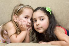 Zwei nette kleine Mädchen Lizenzfreie Stockfotografie