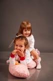 Zwei nette kleine Schwestern in den weißen Pyjamas Lizenzfreies Stockfoto