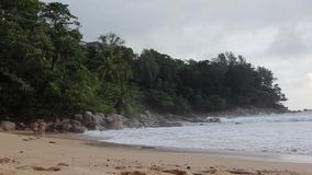Zwei nette Mädchen gehen hinunter den Strand zusammen stock video footage