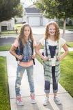 Zwei nette Schulmädchen, die weg zur Schule vorangehen Stockbilder