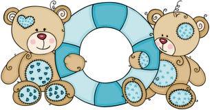 Zwei nette Teddybären, die eine blaue sich hin- und herbewegende aufblasbare Schwimmen halten lizenzfreie abbildung