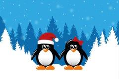 Zwei nette Weihnachtspinguine auf Hintergrund des verschneiten Winters Wald lizenzfreie abbildung