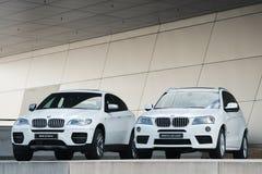 Zwei neue weiße BMWs X-Serien Stockbilder