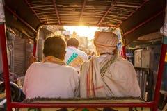 Zwei nicht identifizierte Männer, die auf Rikscha fahren Lizenzfreie Stockfotos