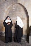 Zwei Nonnen in einem alten Kloster Stockbild