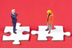 Zwei obvers Abbildungen auf weißen Puzzlespielstücken Lizenzfreie Stockfotos