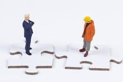 Zwei obvers Abbildungen auf weißen Puzzlespielstücken Stockfoto