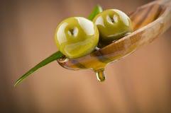 Zwei Oliven und Blätter Lizenzfreie Stockfotografie