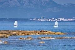 Zwei Optimist-Schlauchboote, die Alcudia-Bucht kreuzen stockbild