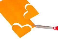 Zwei orange Herzformen herausgeschnitten vom Papier Stockfoto