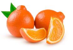 Zwei Orange Tangerine oder Mineola mit den Scheiben lokalisiert auf weißem Hintergrund Lizenzfreie Stockfotos
