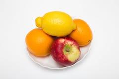 Zwei Orange und Apfelfrüchte mit einer Zitrone Stockfotografie