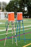 Zwei orange Wasserspender auf Ständen für Athleten stockfotografie