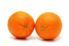 Zwei Orangen getrennt auf dem wh Stockfotografie