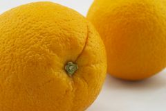 Zwei Orangen, Nahaufnahmestammgrübchen Stockfotografie