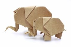 Zwei origami Elefanten bereiten Papier auf Stockfoto