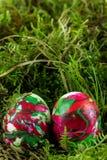 Zwei Ostereier, die im Moos liegen Lizenzfreies Stockfoto