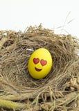 Zwei Ostereier gemalt mit emojis, einem in der Liebe und anderem kissi Lizenzfreie Stockfotos