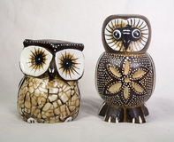Zwei Owl Wood Carvings stockfotos