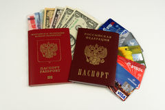 Zwei Pässe, Kreditkarten, Geld Lizenzfreies Stockbild