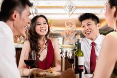 Zwei Paare, die in der Partei genießen stockbilder