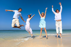 Zwei Paare, die Strand Sommer-Konzept feiern Stockbilder