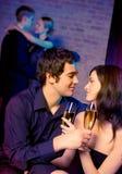 Zwei Paare, die zusammen feiern Lizenzfreie Stockbilder