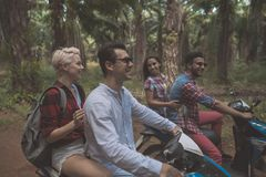 Zwei Paare, die zusammen Roller in tropischer Forest Cheerful Friends Enjoy Road-Reise fahren stockfoto