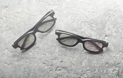 Zwei Paare Gläser 3d auf einem grauen konkreten Hintergrund Draufsicht, lizenzfreies stockfoto