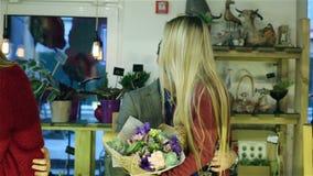 Zwei Paare Liebhaber, die im Speicher küssen stock video footage