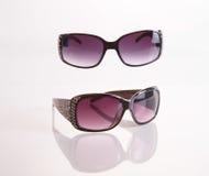 Zwei Paare Sonnenbrille gegen weißen Hintergrund lizenzfreies stockbild